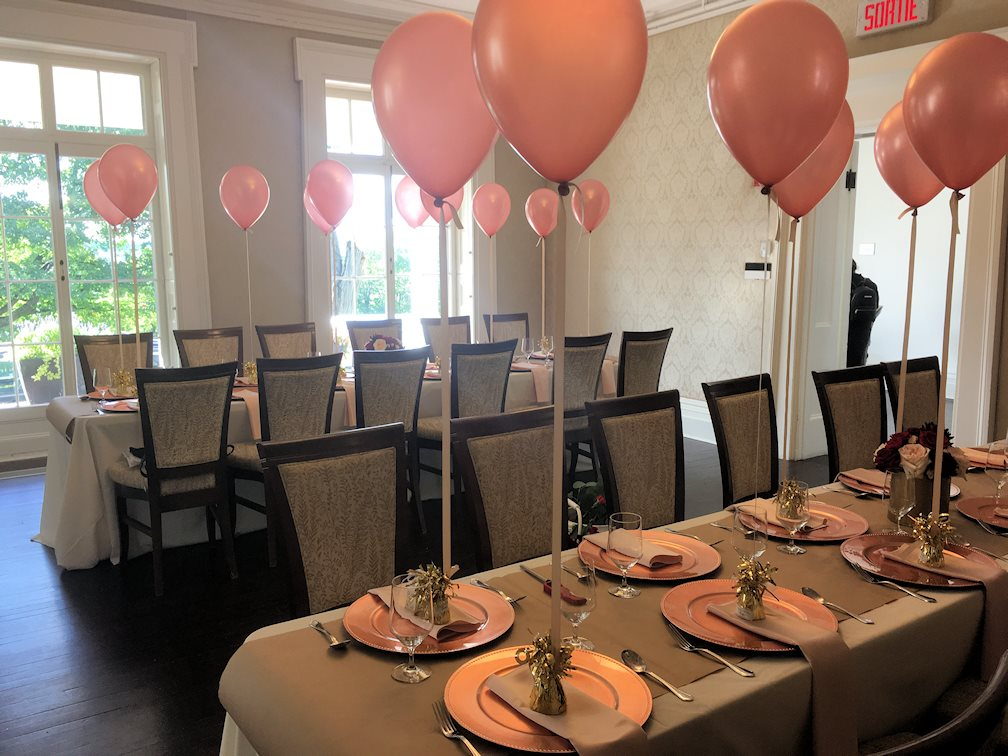 Ballons perlé rose gold, papier kraft, sous-assiette rose gold, rose rouge, vase or